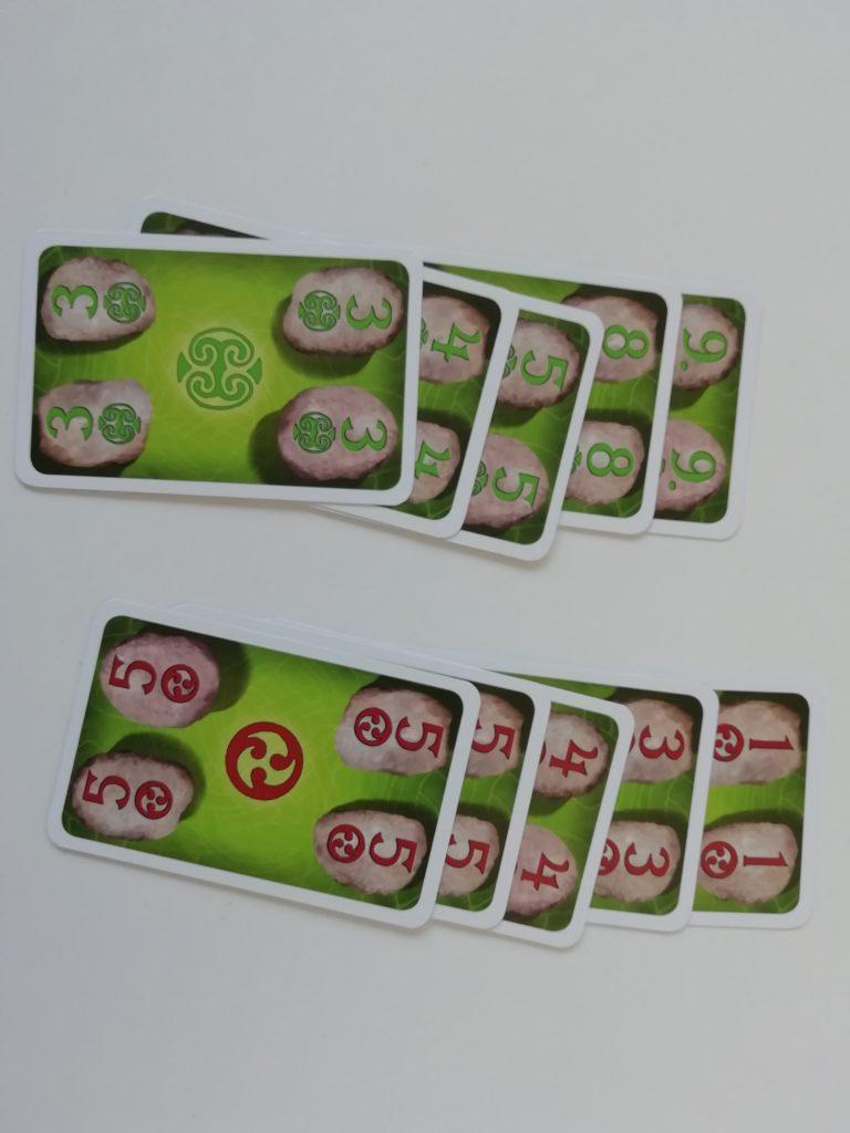 Przykładowy układ zagrywania kart z liczbami.
